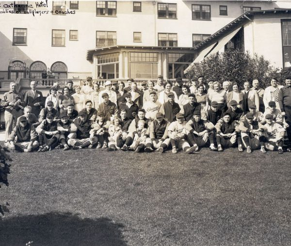 Chicago Cubs team members and their families in front of Hotel St. Catherine, 1933